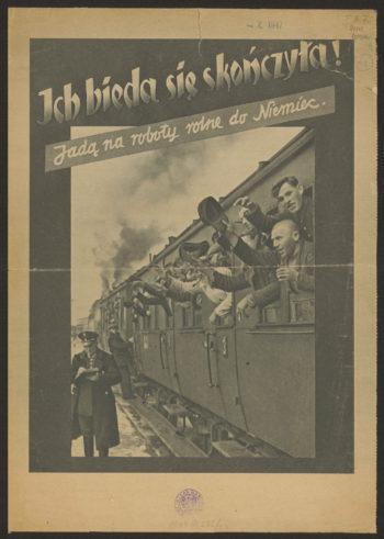 """Okładka broszury propagandowej. U góry napis """"Ich bieda się skończyła! Jadą na roboty do Niemiec"""". Poniżej zdjęcie przedstawiające ludzi wyglądających z wagonu pociągu osobowego i machających do ludzi na peronie"""