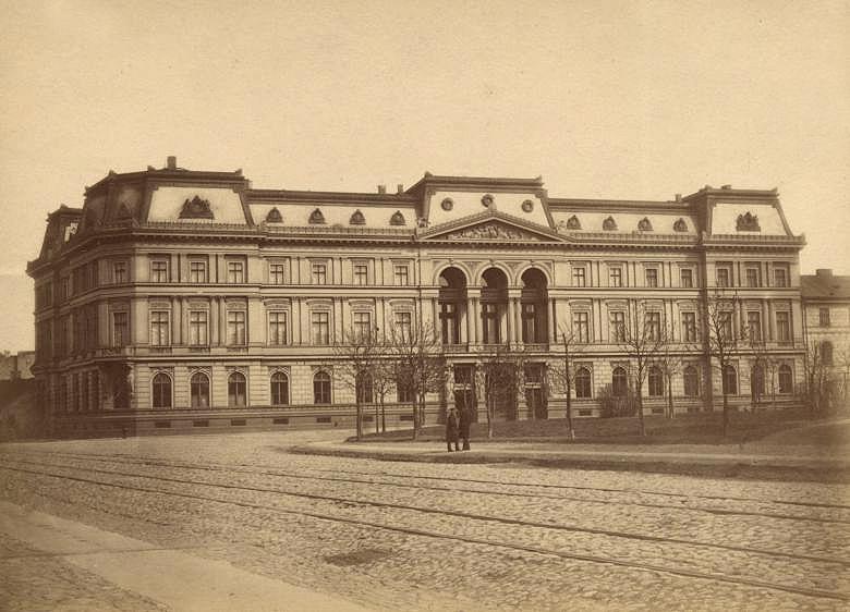 Pałac o dwóch piętrach i bardzo wysokim dachu mansardowym. Pośrodku elewacji loggia o arkadach opartych na zdwojonych kolumnach korynckich. Na końcach fasady trzyosiowe ryzality.