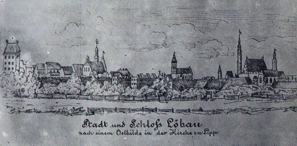 Czarno-biała reprodukcja grafiki ukazującej panoramiczny widok na Lubawę z wyraźnie widocznymi co bardziej okazałymi budowlami, głównie kościołami.