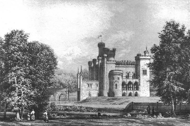Rysunek ukazujący zamek w Kórniku od strony zachodniej, w otoczeniu dzrew. Widoczny wyraźnie mostek nad fosą, cztery wieżyczki nad fasadą frontową, a nieco głębiej główna wieża stojąca po stronie wschodniej.