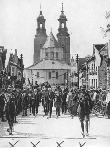 Prezydent Mościcki w otoczeniu świty (głównie wojskowej) zmierza z katedry gnieźnieńskiej (widocznej w tle) na rynek