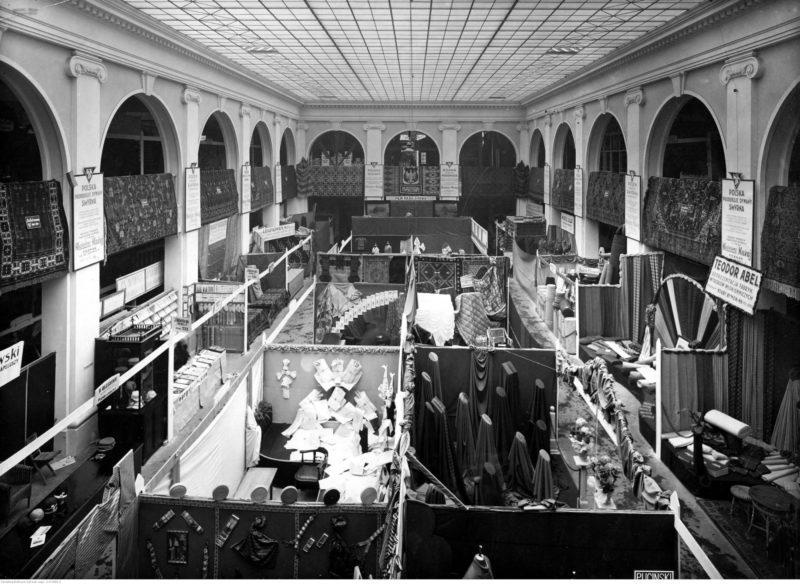 Widok z góry na wnętrze pawilonu, gęsto zastawionego boksami wystawienniczymi zarówno pod ścianami, jak i na środku sali.