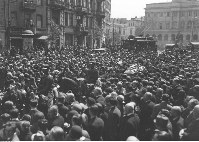 Kondukt pogrzebowy z ciałem podporucznika Szczepana Olchowicza na ulicy Krakowskie Przedmieście przed (kościołem św. Krzyża)(fot. Narodowe Archiwum Cyfrowe, sygn. 1-P-2712, domena publiczna)