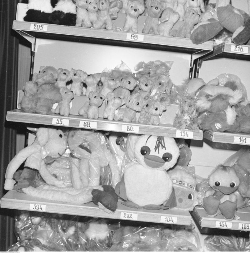 Stoisko z zabawkami. Widoczny regał z maskotkami.