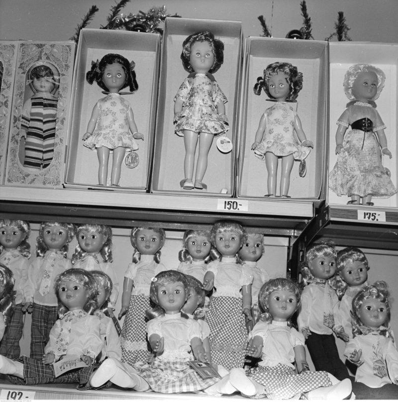 Stoisko z zabawkami. Widoczny regał z lalkami.