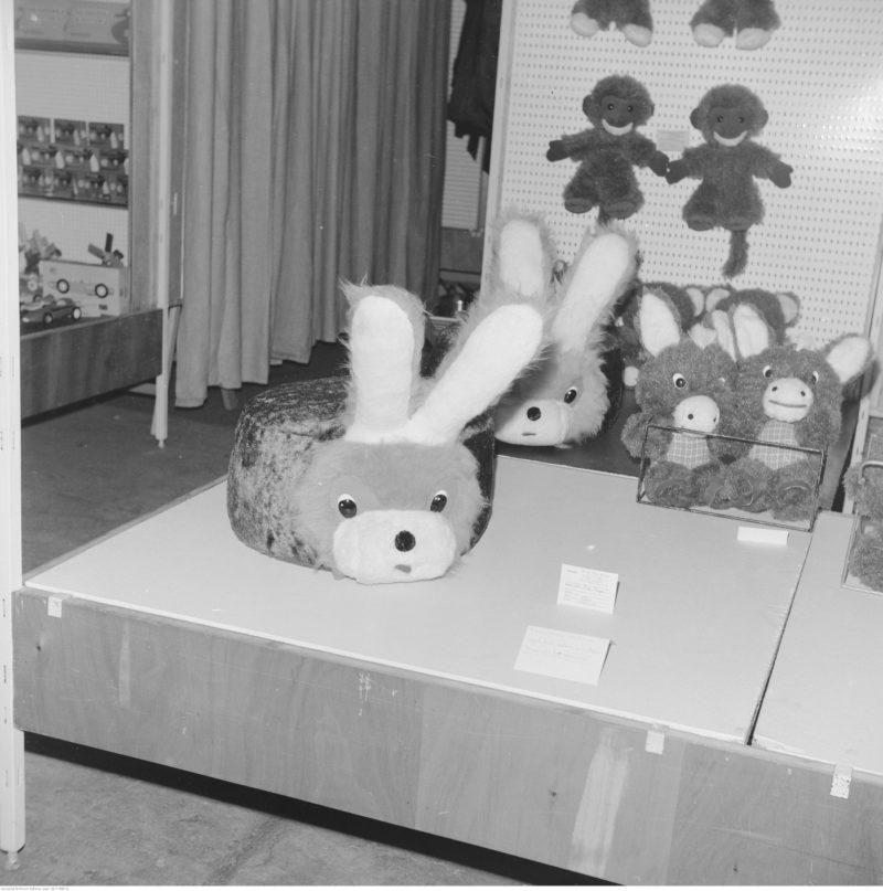 Ekspozycja zabawek pluszowych. Na pierwszym planie widoczny puf w kształcie zająca.