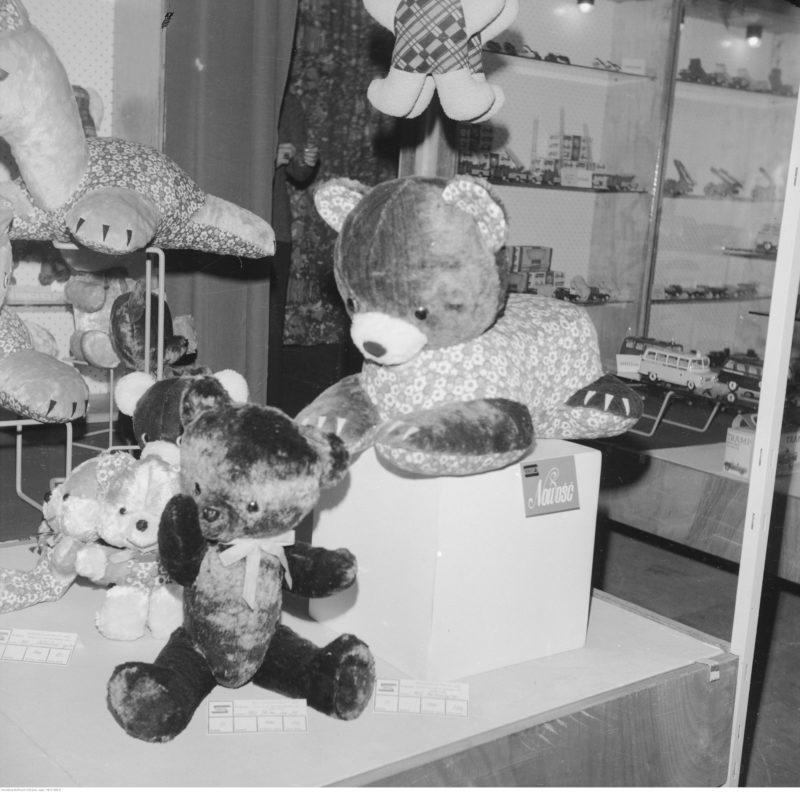 Ekspozycja zabawek, na pierwszym planie pluszowe misie.
