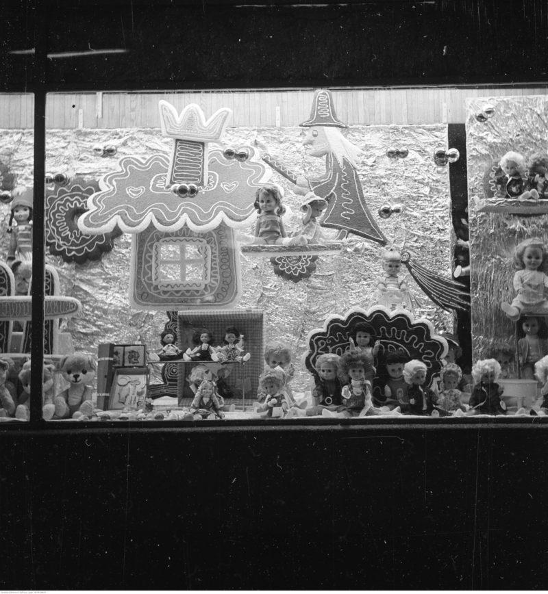 Świąteczne dekoracje na wystawie sklepu z zabawkami.