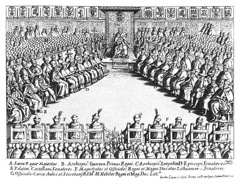 Na sali stoją ustawione w trójkąt krzesła i stele, na których siedzą senatorowie. U szczytu trójkąta stoi okazały tron, na którym zasiada król w koronie. Za senatorami rzędy głów stojących posłów.