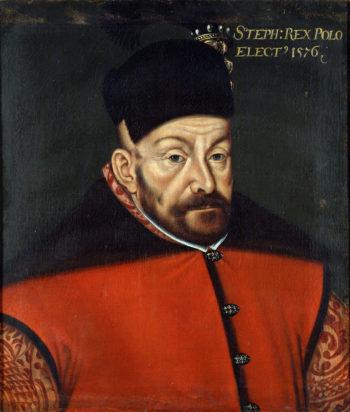 Portret mężczyzny w średnim wieku, o pomarszczonym czole i krótkiej brązowej brodzie, ubranego w czerwony kontusz i czapkę magierkę.