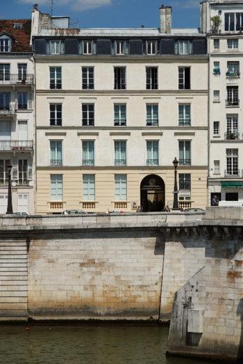 Jasna, pięciokondygnacyjna (z poddaszem) kamienica na brzegu rzeki wzmocnionym murem oporowym.