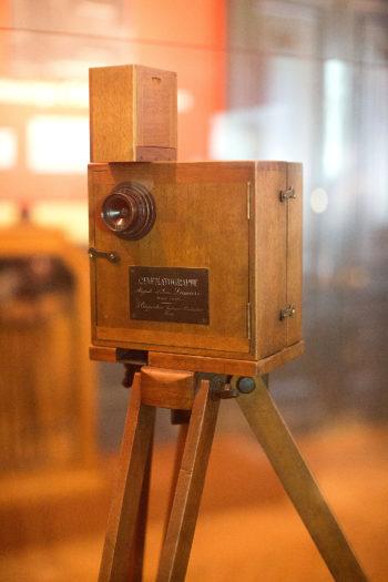 Drewniany kinematograf na drewnianym statywie.
