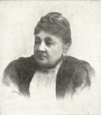 Czarno-biała fotografia portretowa (popiersie) przedstawiająca postawną kobietę.