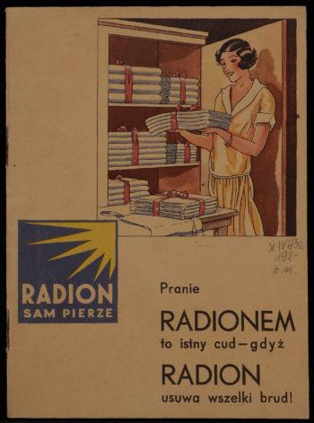 """U góry rysunek przedsawiający młodą uśmiechniętą kobietę wkładającą do szafy równo złożoną bieliznę (prześcieradła?). U dołu kwadratowe logo: na niebieskim tle w prawym górnym rogu żółte słońce z promieniami, a poniżej napis """"Radion sam pierze"""". Jeszcze niżej napis: """"Pranie Radionem to istny cud gdyż Radion usuwa wszelki brud!"""""""