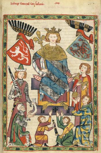 Postać władcy na tronie, w koronie na głowie, z berłem w ręku. Dookoła dworzanie oraz dwa herby.