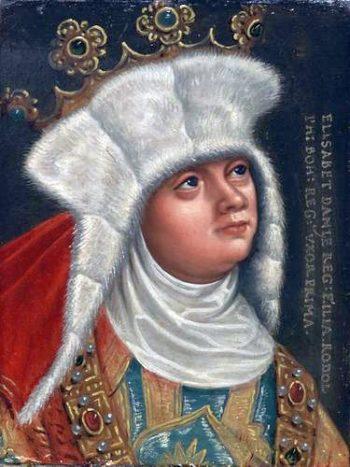 Portret bogato ubranej kobiety w białym futrzanym czepcu i koronie otwartej na głowie.