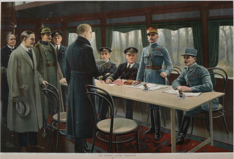 W eleganckim wagonie kolejowym z odsłoniętymi oknami stoi prosty stół, za którym siedzi trójka wojskowych. Czwarty mężczyzna, marszałek Foch, stoi, witając kilkuosobową niemiecką delegację.